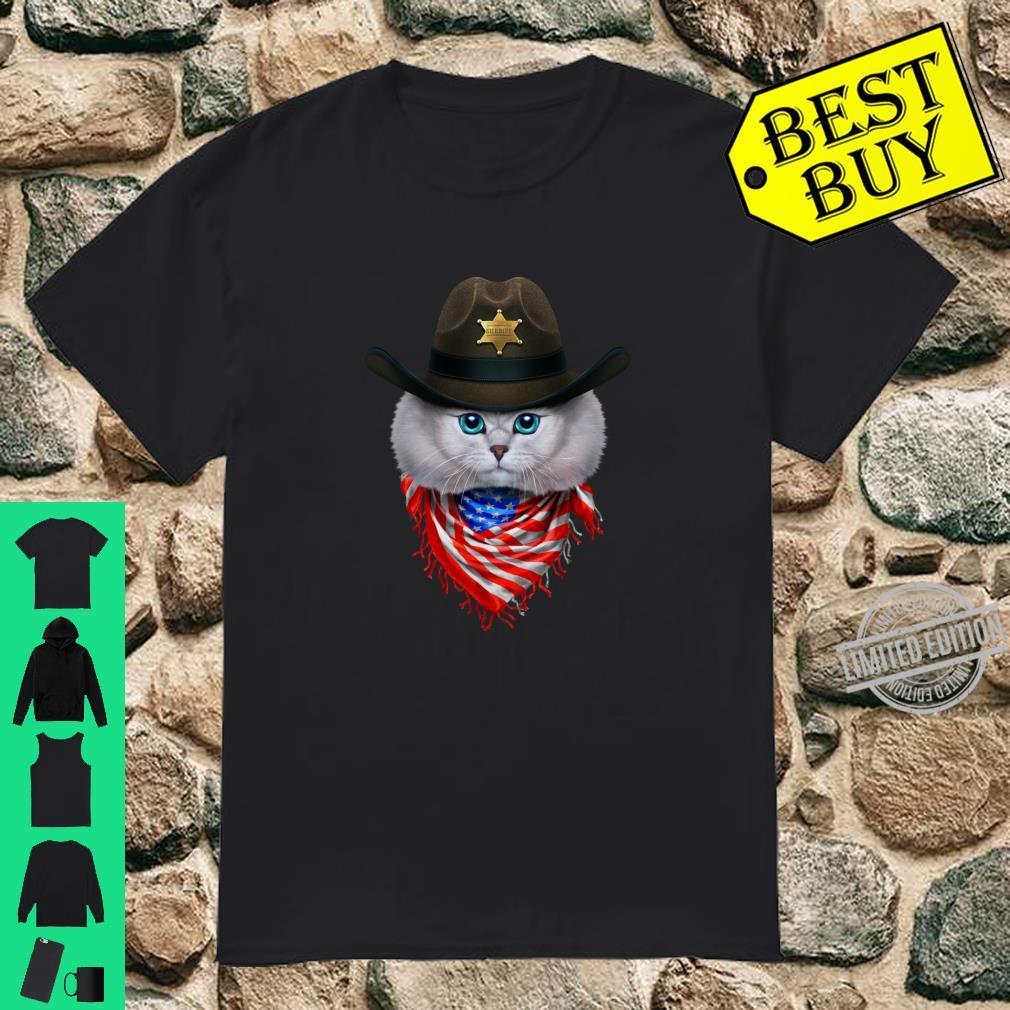 Weiße TabbyKätzchenKatze im Cowboyhut und USA Bandana Shirt